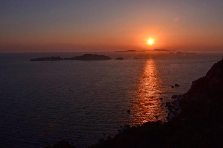 meraviglioso tramonto sul mare sull'isola di corfù
