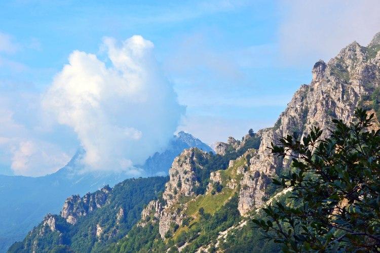 panorami di cielo, nuvole e rocce dal sentiero delle 52 gallerie
