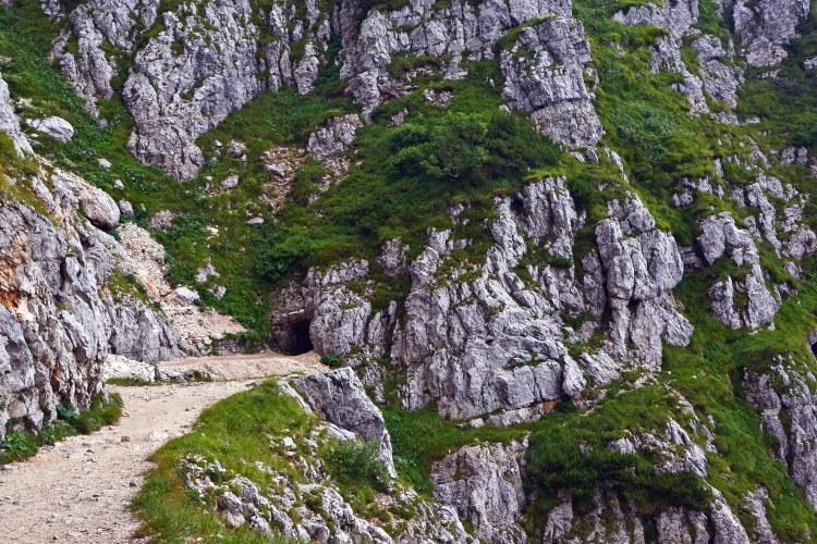 la strada delle 52 gallerie: tunnel scavato nella roccia del monte
