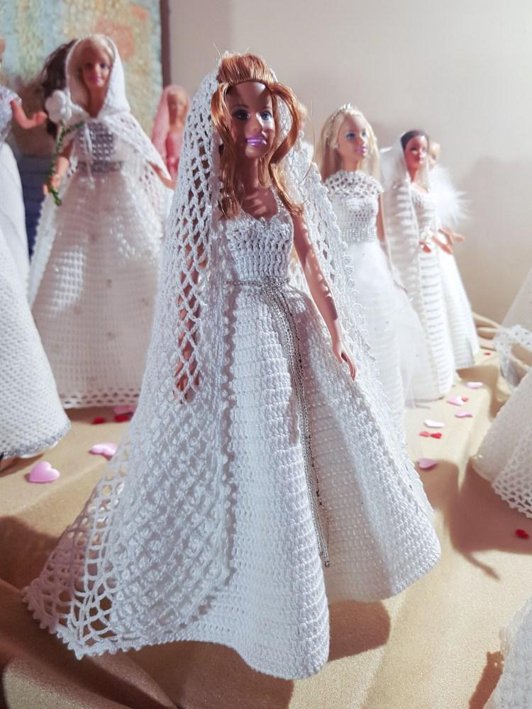 Barbie castana con abito da sposa e velo fatti all'uncinetto da Nonna Lucia