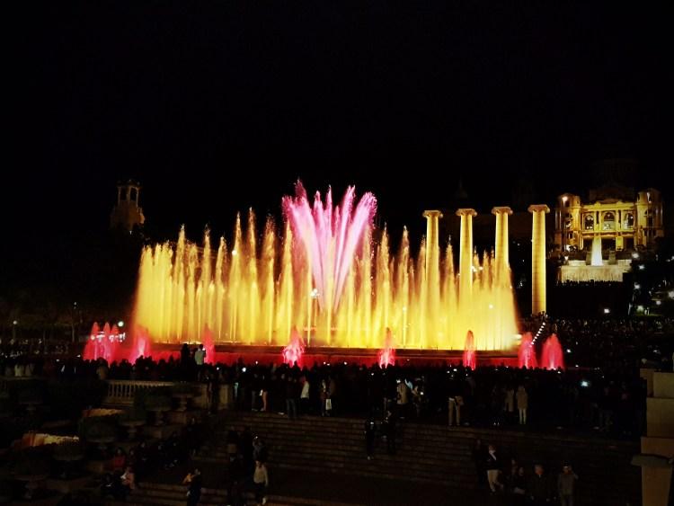 lo spettacolo delle fontane magiche, esperienza imperdibile da fare a barcellona