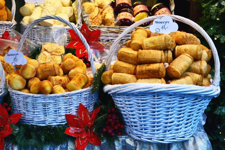 andare a cracovia per natale: cestini con il formaggio tipico polacco