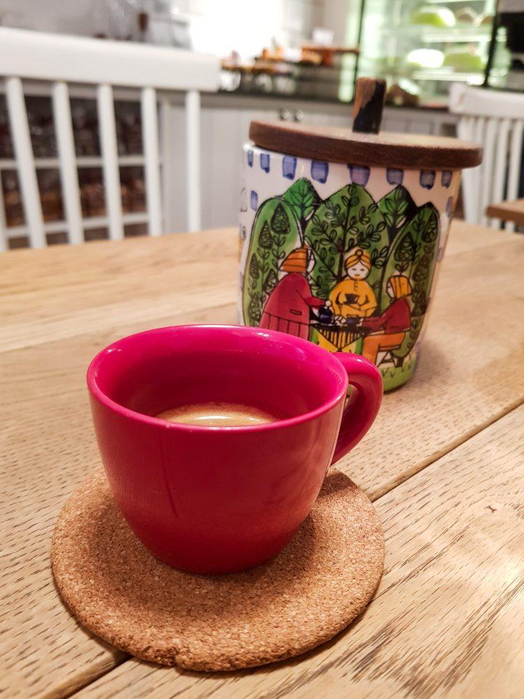 Caffetterie e locali a londra: caffè e bellissima zuccheriera colorata