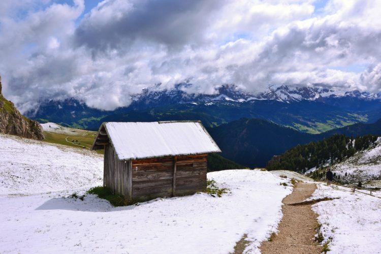 giro ad anello intorno al sass de putia: baita di legno e neve