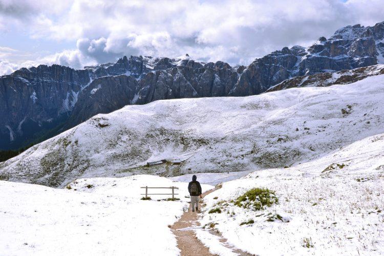 giro ad anello intorno al sass de putia: escursionista sul sentiero innevato