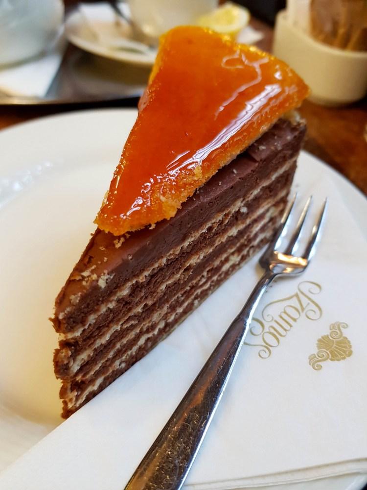 cosa fare a budapest: mangiare una fetta di torta dobos in pasticceria