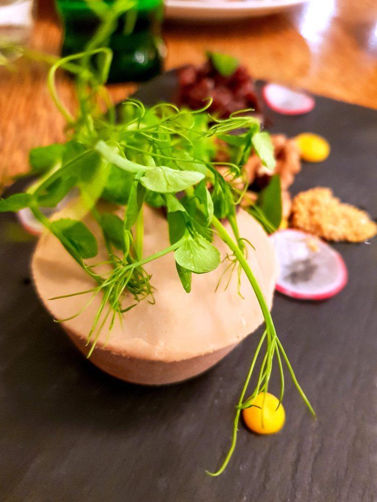 patè d'oca con insalata, noci e spezie