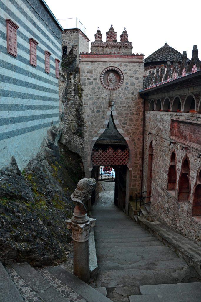 la scalinata d'ingresso per la rocchetta mattei