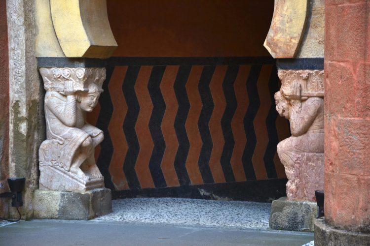 visitare la rocchetta mattei: dettagli particolari del primo cortile