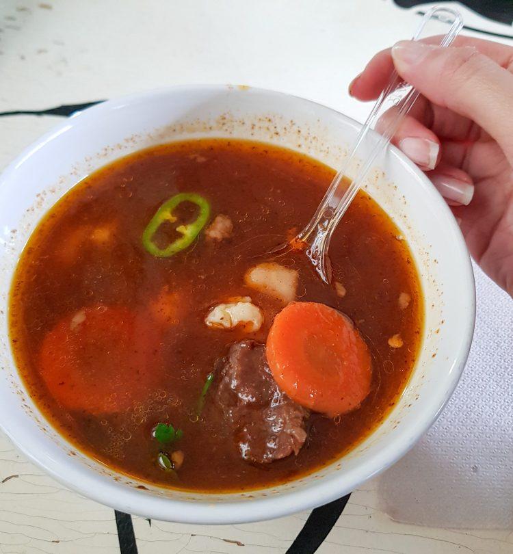 dove mangiare a budapest: zuppa gulash con carne, carote, peperone, verdure