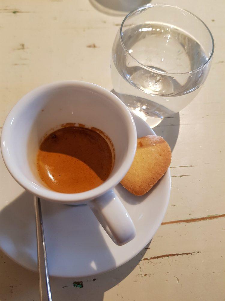 cose da fare in val pusteria quando piove: caffè con bicchiere d'acqua e biscotto