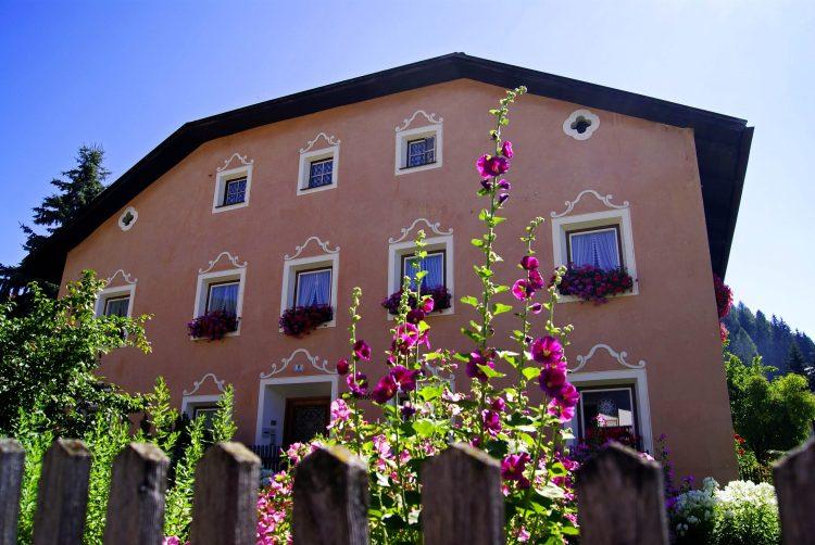 soleggiata casa di dobbiaco con fiori