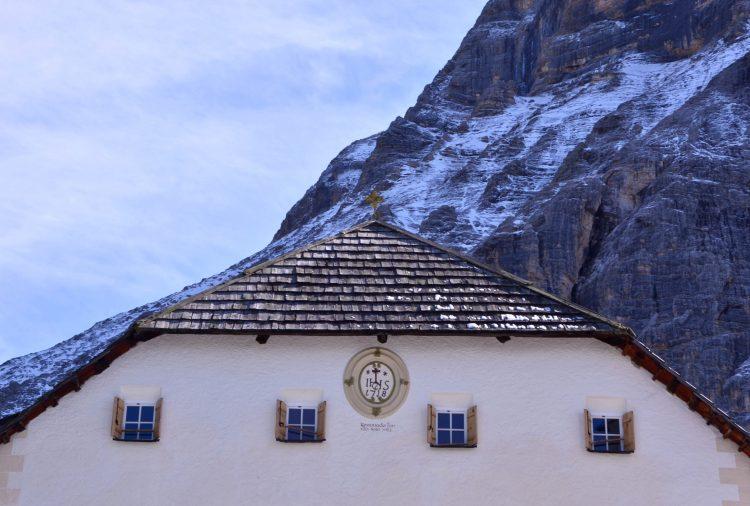escursione ai prati dell'armentara: la facciata del rifugio la crusc in un mattino soleggiato e nevoso