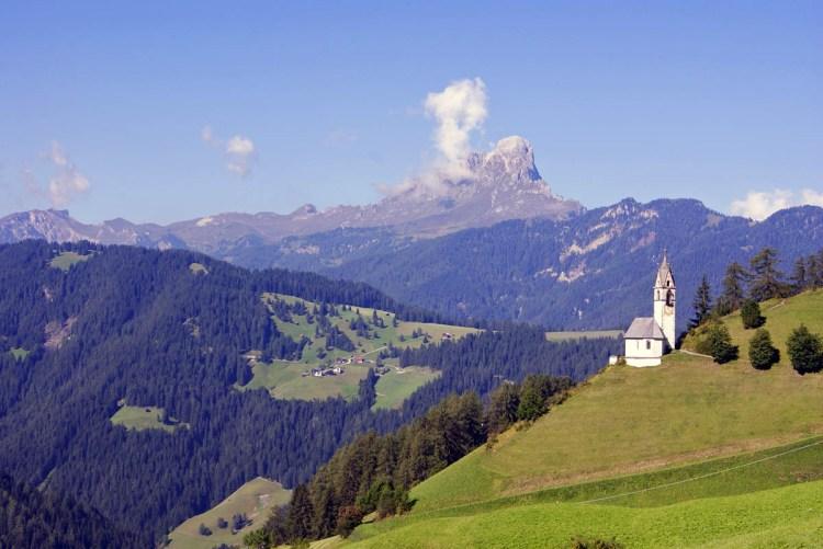 la chiesetta di santa barbara con il sass de putia sullo sfondo