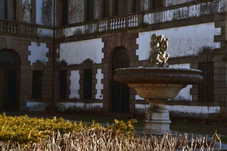 fontana con putti fontana nel piazzale di villa duodo a monselice