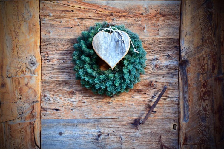 porta con ghirlanda e cuore di legno