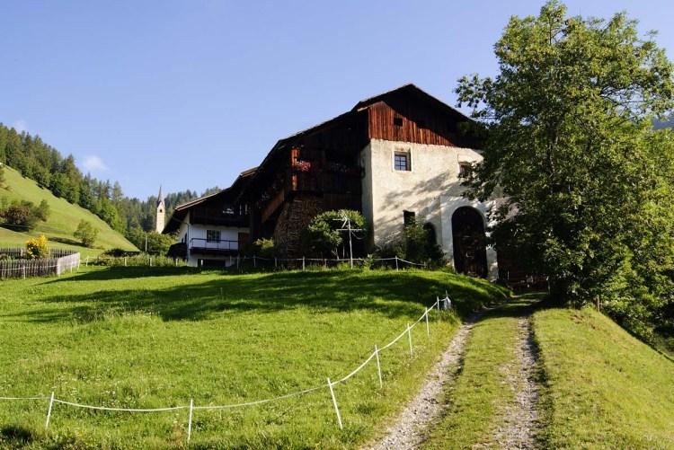 Cosa fare in Val Badia quando piove: andare a la val ad esplorare le antiche viles di masi