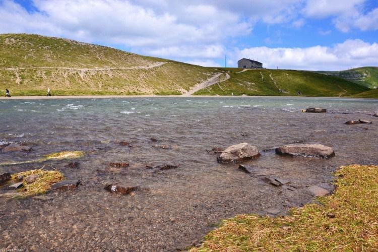 escursione al corno alle scale e al lago scaffaiolo: lago e rifugio duca degli abruzzi