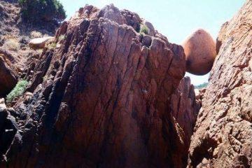 roccia tonda che sembra un uovo di dinosauro alla baia di tinnari