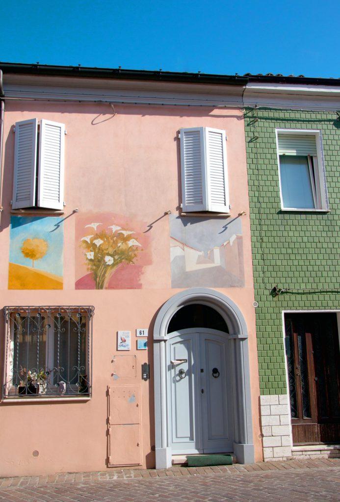 borgo san giuliano: le casette colorate con i murales