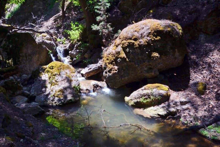 valle delle farfalle: il fiume pelekanos che scorre tra le rocce