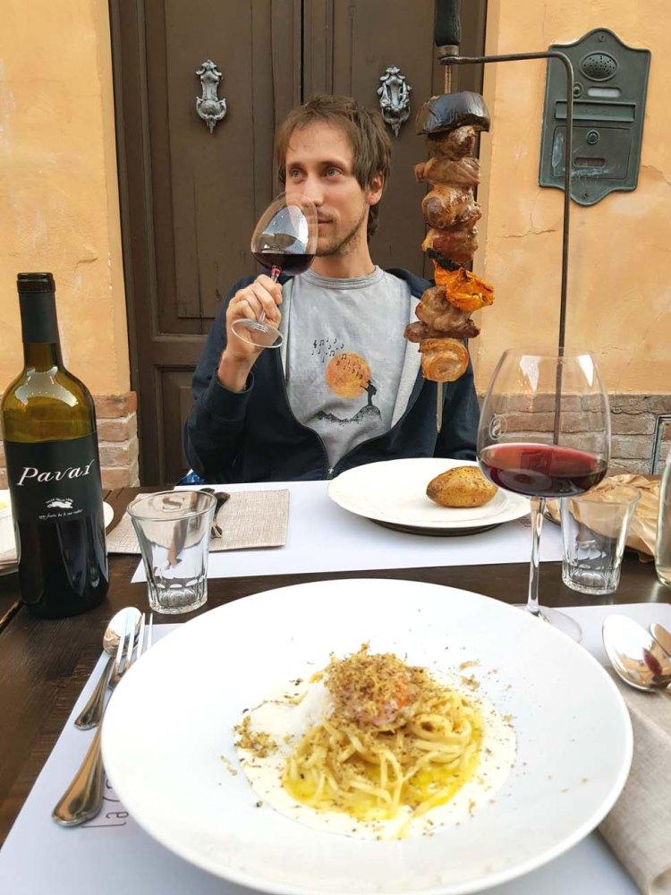 borgo san giuliano: mattia che mangia alla S romagnola
