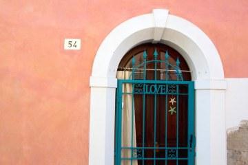 borgo san giuliano: una porta con scritto love
