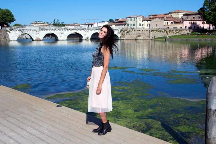 Valentina e il Ponte di Tiberio che conduce a borgo san giuliano