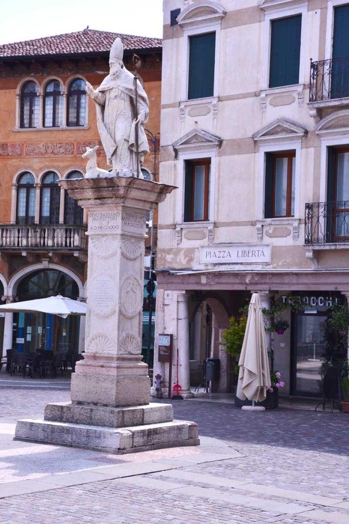 piazza libertà a bassano del grappa con alcune statue