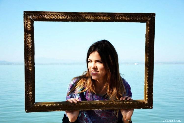 ritratto di valentina in un quadro al lago trasimeno