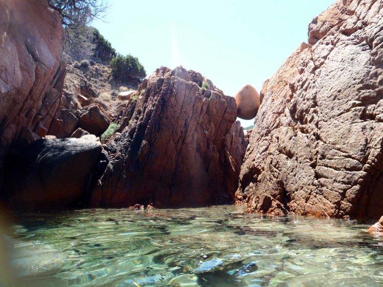 rocce dalle forme bizzarre alla baia di tinnari