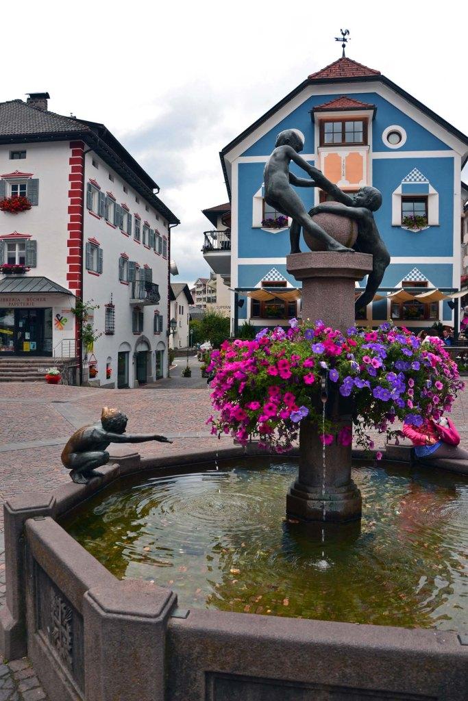escursioni da ortisei: fontana nel centro storico