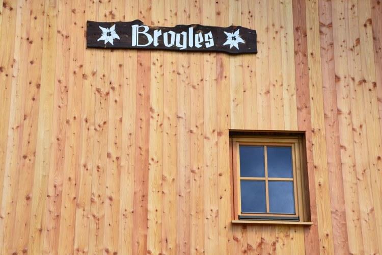 facciata legnosa del rifugio brogles