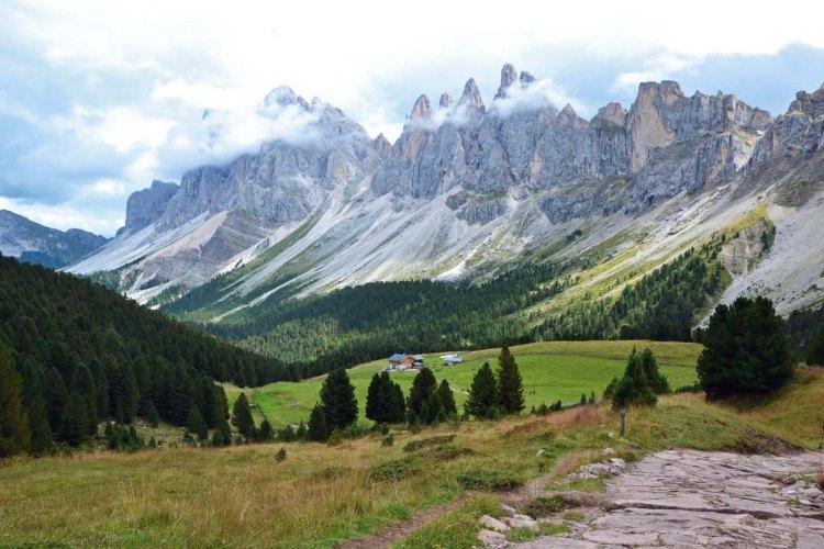 escursioni da ortisei: il rifugio brogles sotto le odle