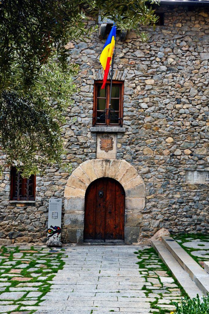 palazzo storico con bandiera di andorra