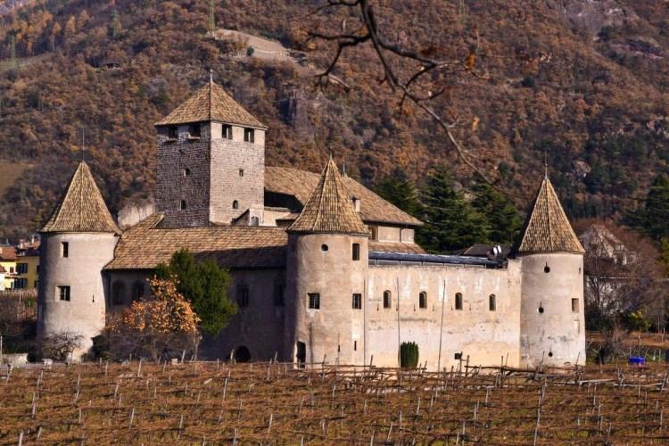 il castel mareccio, fortezza medievale subito fuori dal centro di bolzano