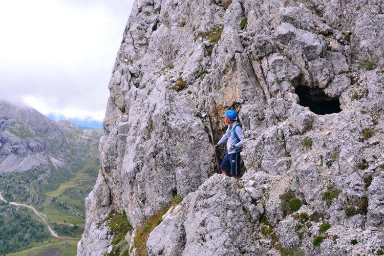 escursione alle gallerie del lagazuoi: ammirando il panorama da una delle aperture nella roccia