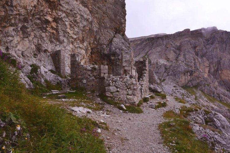 escursione alle gallerie del lagazuoi: rudere di un edificio della grande guerra