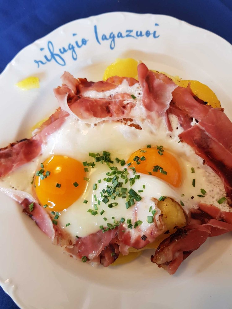 escursione alle gallerie del lagazuoi: piatto di uova, speck e patate al rifugio