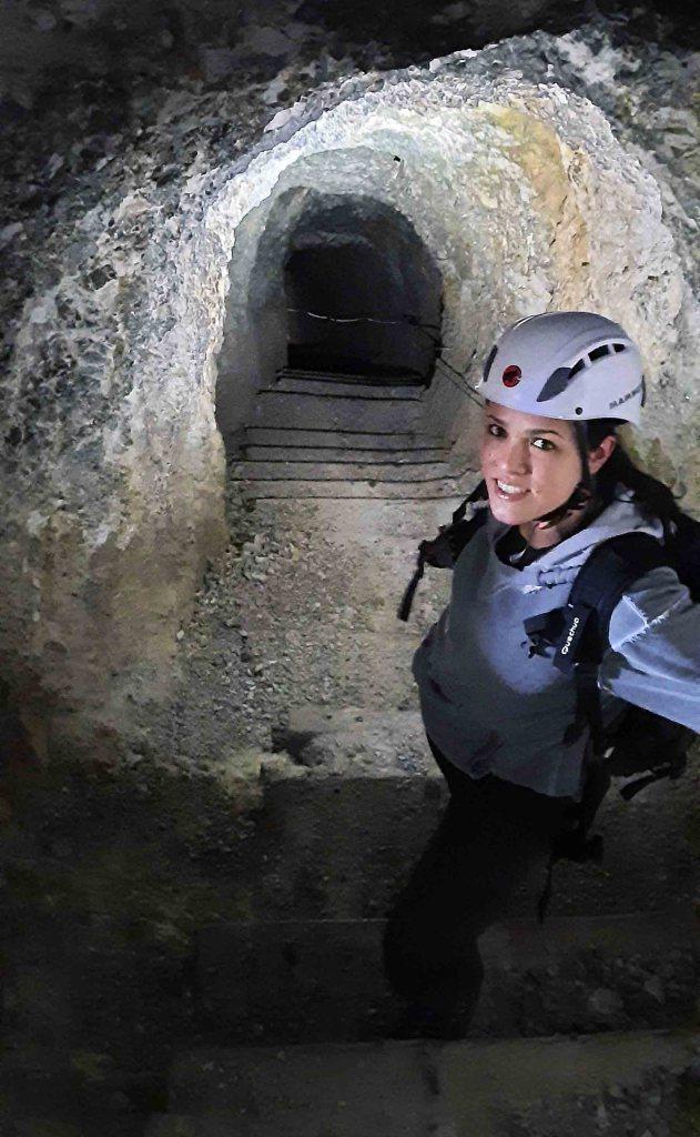 escursione alle gallerie del lagazuoi: valentina dentro i tunnel
