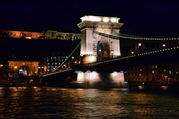 cosa fare a budapest: il ponte delle catene sul danubio illuminato di notte