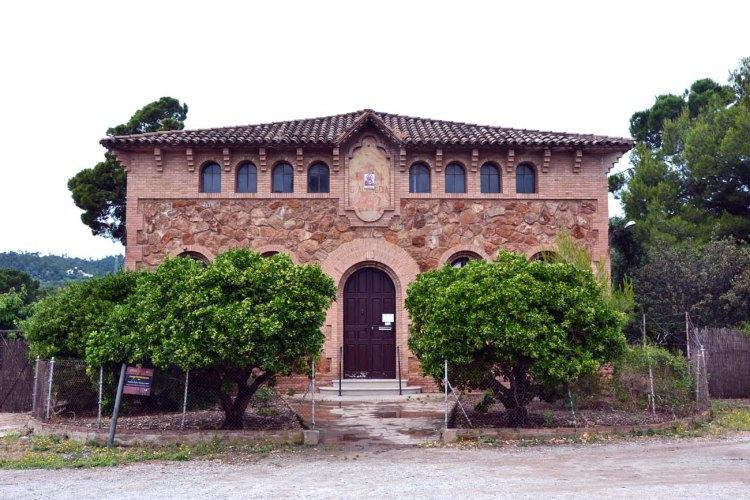 la cripta della colonia güell: la casa parrocchiale del villaggio modernista