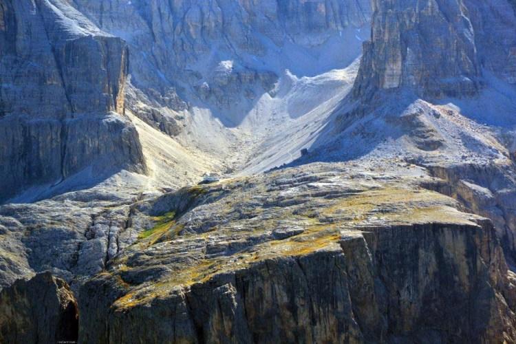 il rifugio cavazza al pisciadù visto piccolino dalla cima del sas ciampac