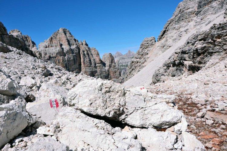 il sentiero 666 che conduce verso la cima pisciadù