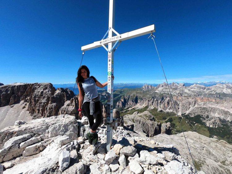 valentina con la croce metallica della cima pisciadù