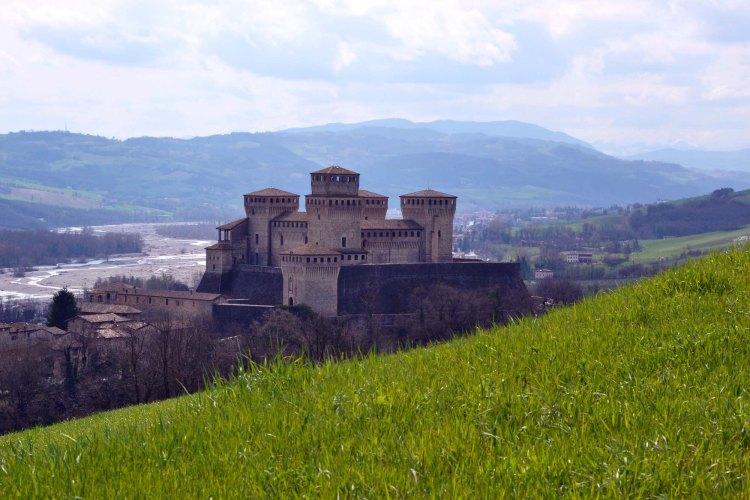 visitare il castello di torrechiara: la vista sul maniero dai campi
