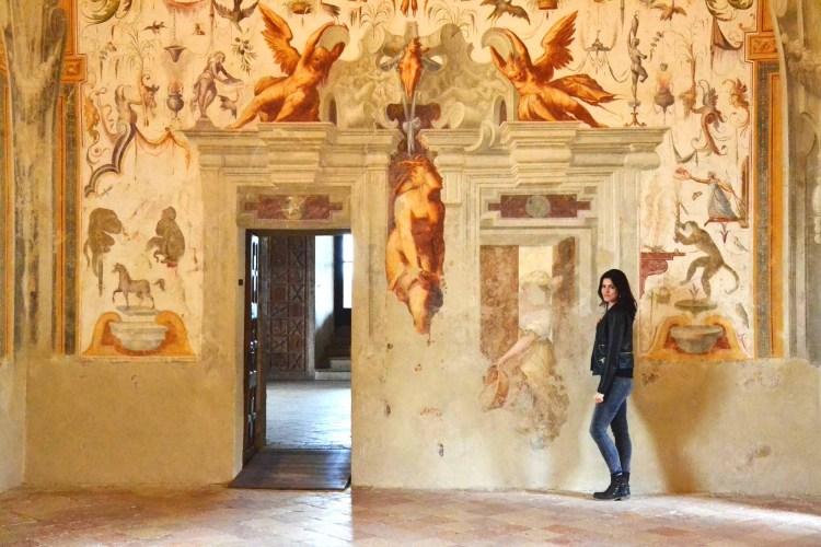 valentina nella sala dei giocolieri del castello di torrechiara