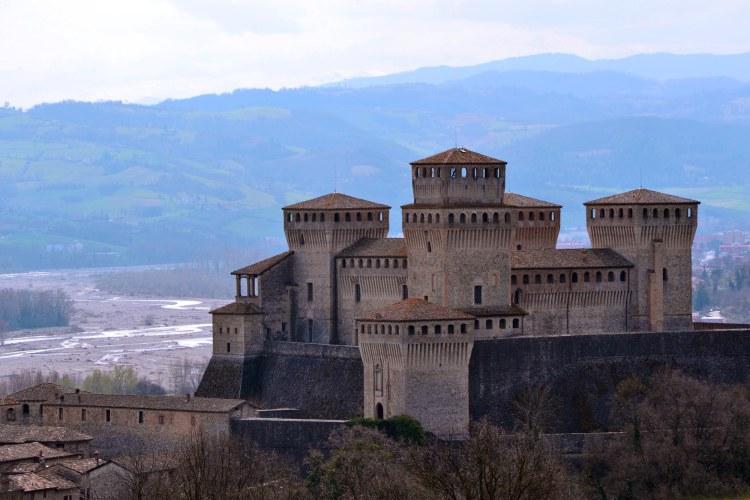 visitare il castello di torrechiara, la fortezza parmense dal cuore affrescato