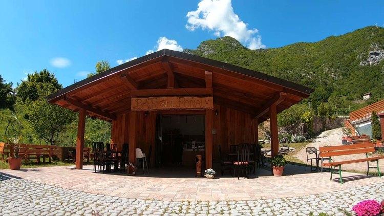 bar sul ponale: bellissima baita di legno sul percorso