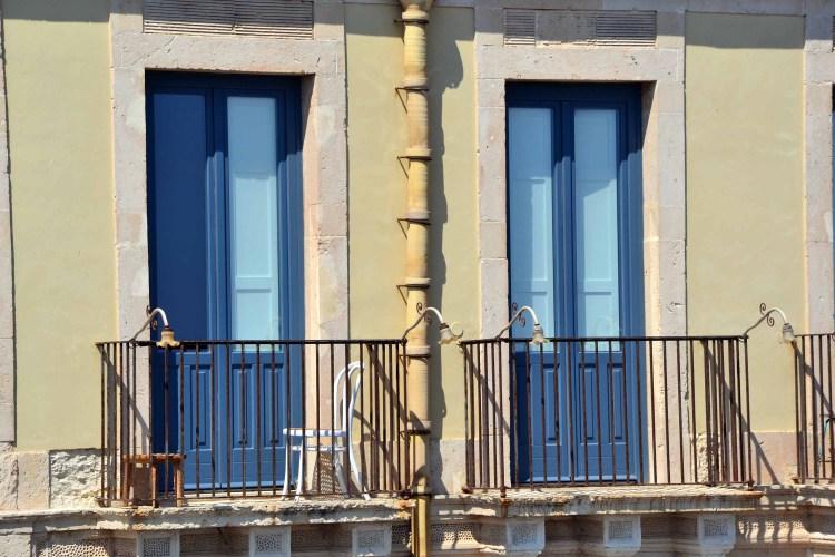 visitare l'isola di ortigia: finestre soleggiate